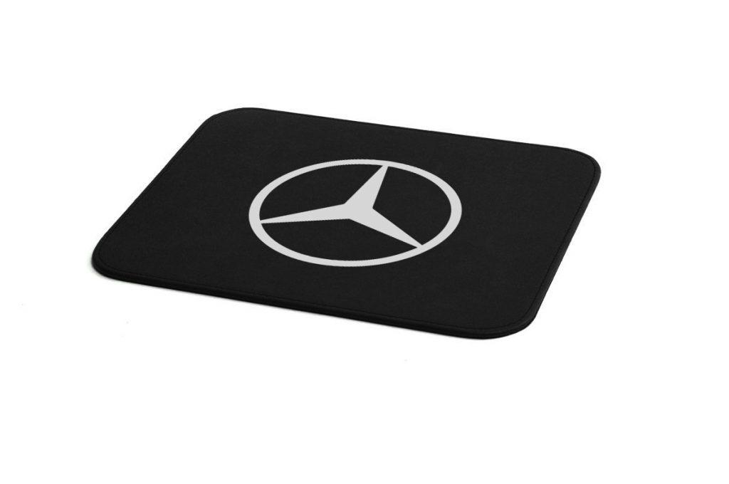 Alfombrilla para ratón ( mouse pad) Mercedes Benz, fabricada en piel natural y en polipiel y hecha en España (Made in Spain), está personalizada con una impresión en tinta elastica, grantizando su duración y dándole un aspecto inmejorable.