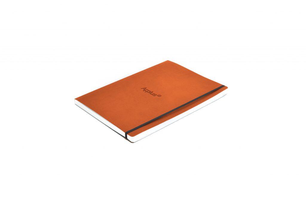 Cuaderno corporativo, tipo moleskine, fabricado en España (Made in Spain), con personalización mediante termo grabado en seco para elemento corporativo y regalo de empresa