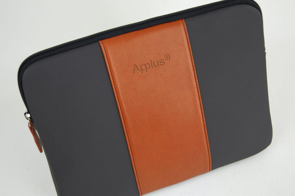 Funda para portátil y iPad, confeccionada en neopreno y piel natural, fabricada en España (Made in Spain), para artículo corporativo y regalo de empresa