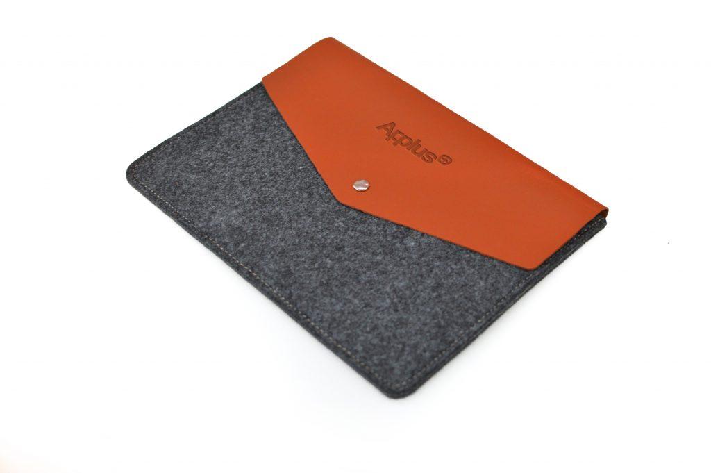 Funda de iPad elaborada en fieltro PET y cuero reciclado, y fabricada en España (Made in Spain) por maestros artesanos, para elemento corporativo y regalo de empresa