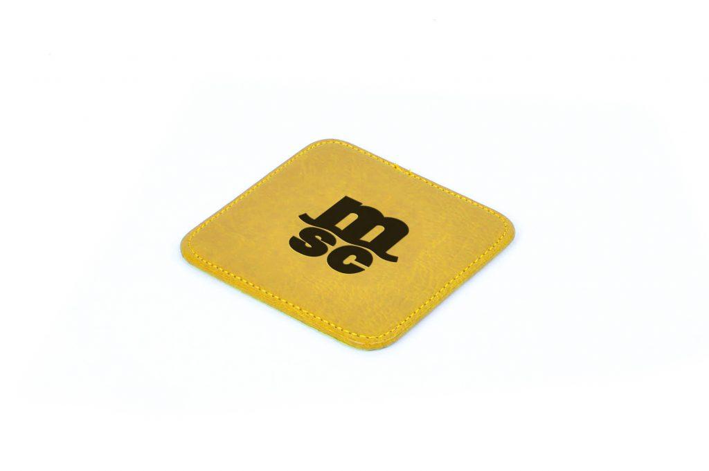 Posavasos elaborado por maestros artesanos en piel natural y polipiel, fabricado en España (Made in Spain), con personalización en tremo grabado en seco para gadget corporativo y regalo de empresa.