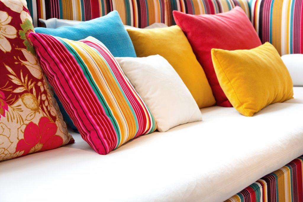 Cojines en los más diversos tipos de tejidos y colores, a la vez que también en piel natural hecha en España ( Made in Spain) con personalizaciones según diversas técnicas adaptadas a los distintos materiales